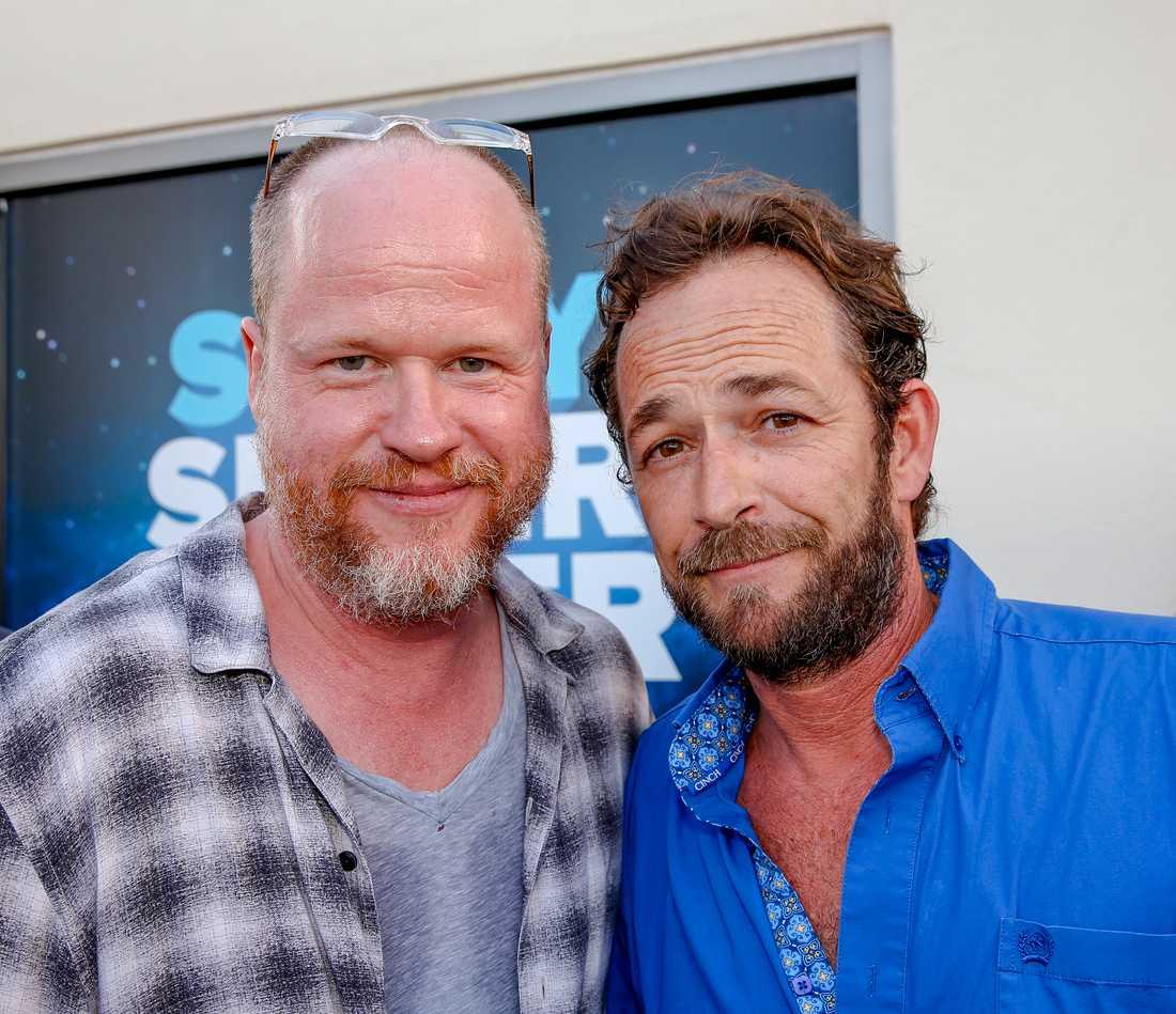 Joss Whedon med Luke Perry på ett event i San Diego 2016.