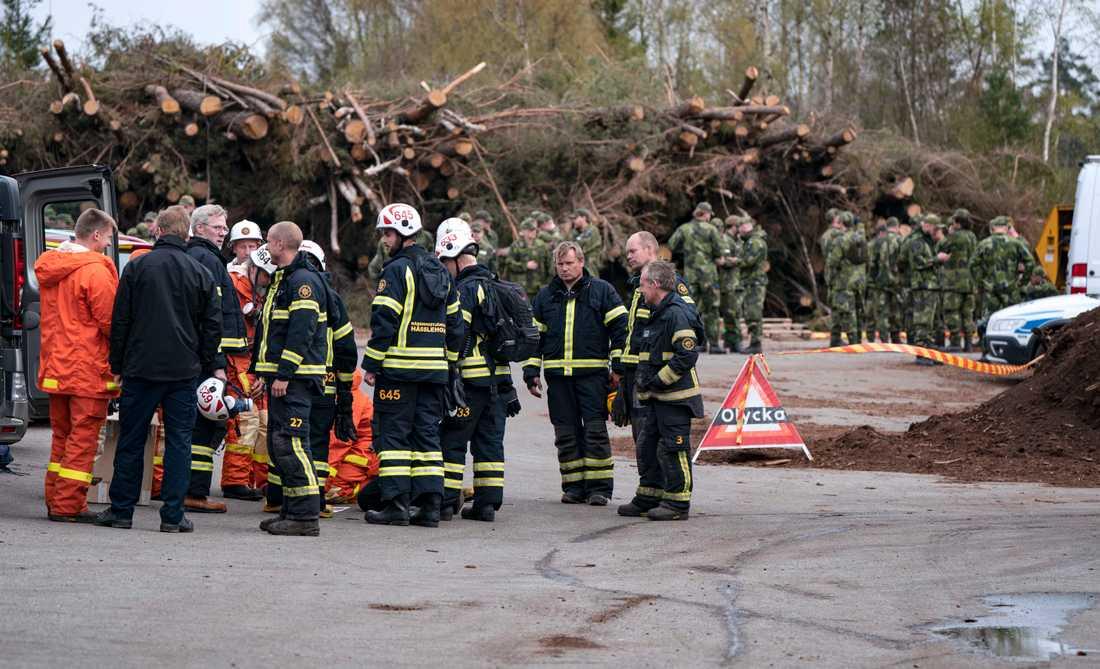 Räddningstjänst och hemvärn på ledningsplatsen för branden utanför Hästveda på onsdagen. Flera bostäder har utrymts.