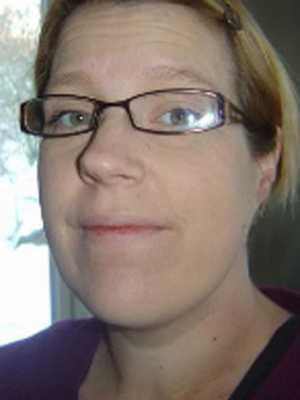 Lön: 26 050 kronor.  Jenny Wibrell, 37 år. Lärarexamen. – Lönen är ett självklart kvitto på att den insats vi gör är värt något. Att få 50 kr mer eller mindre beroende på prestation känns bara löjligt...
