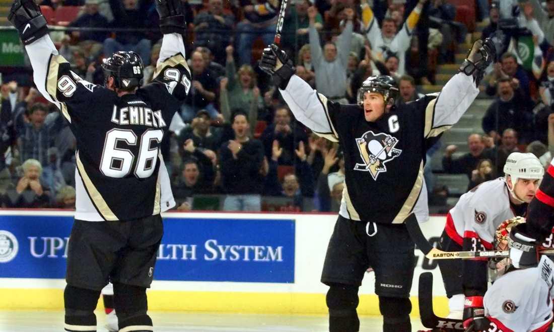 Penguins i en 5-3-seger mot Ottawa i december 2000. På bilden jublar lagets fixstjärnor Mario Lemieux och Jaromir Jagr.