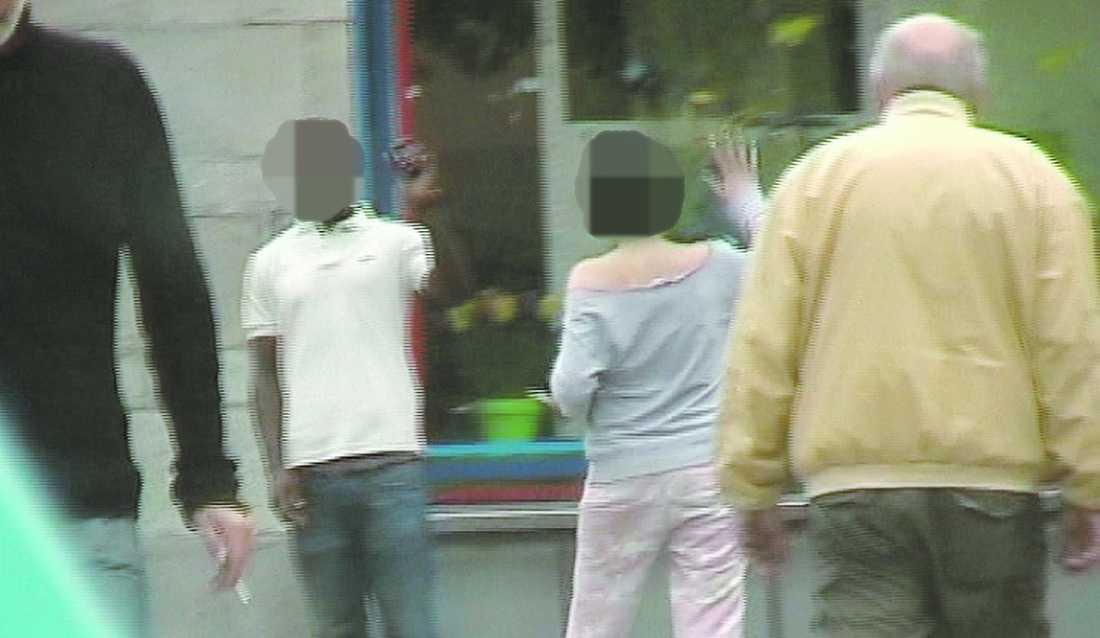 MItt i city Den kvinnliga tv-programledaren fångades på bild av polisen när hon träffade sin langare.
