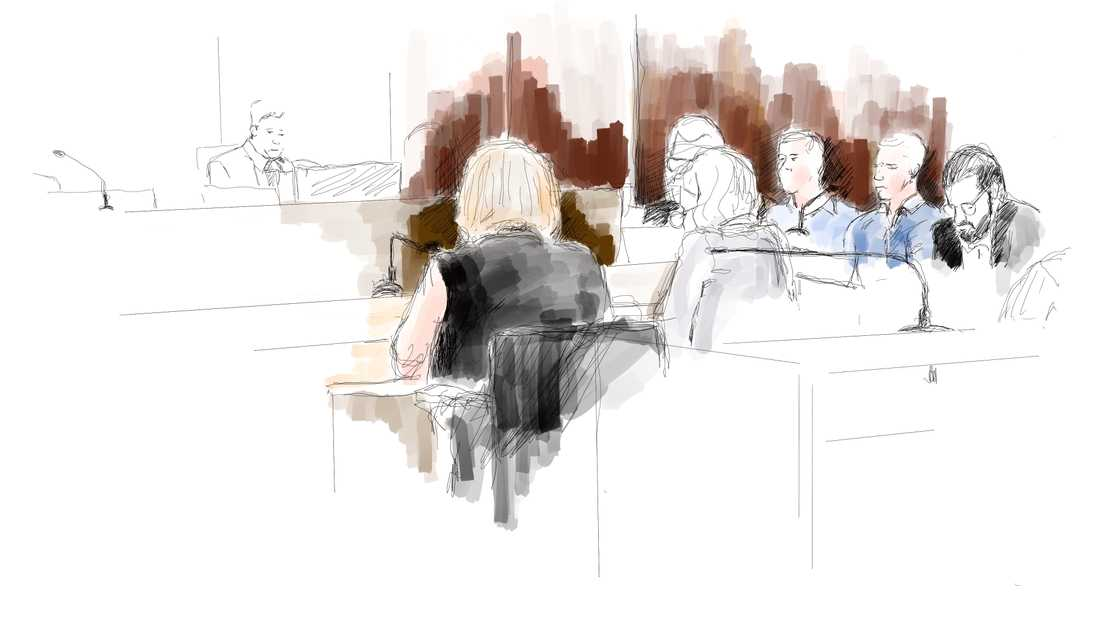 Eric Torells mamma Katarina Söderberg (i svart, till vänster) och de åtalade poliserna under rättegången om dödsskjutningen. Arkivbild.