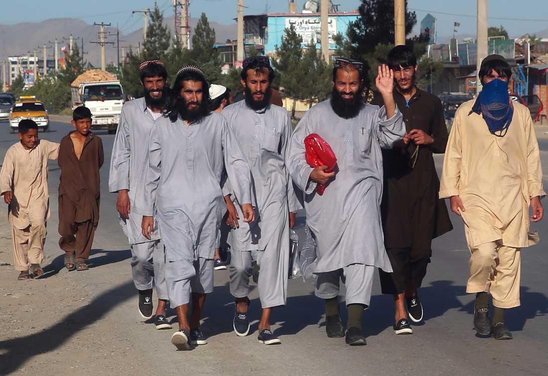 Frigivna talibaner lämnar ett fängelse i den afghanska huvudstaden Kabul i slutet av maj, som ett led i den färdplan som härnäst ska resultera i fredssamtal. Arkivbild.