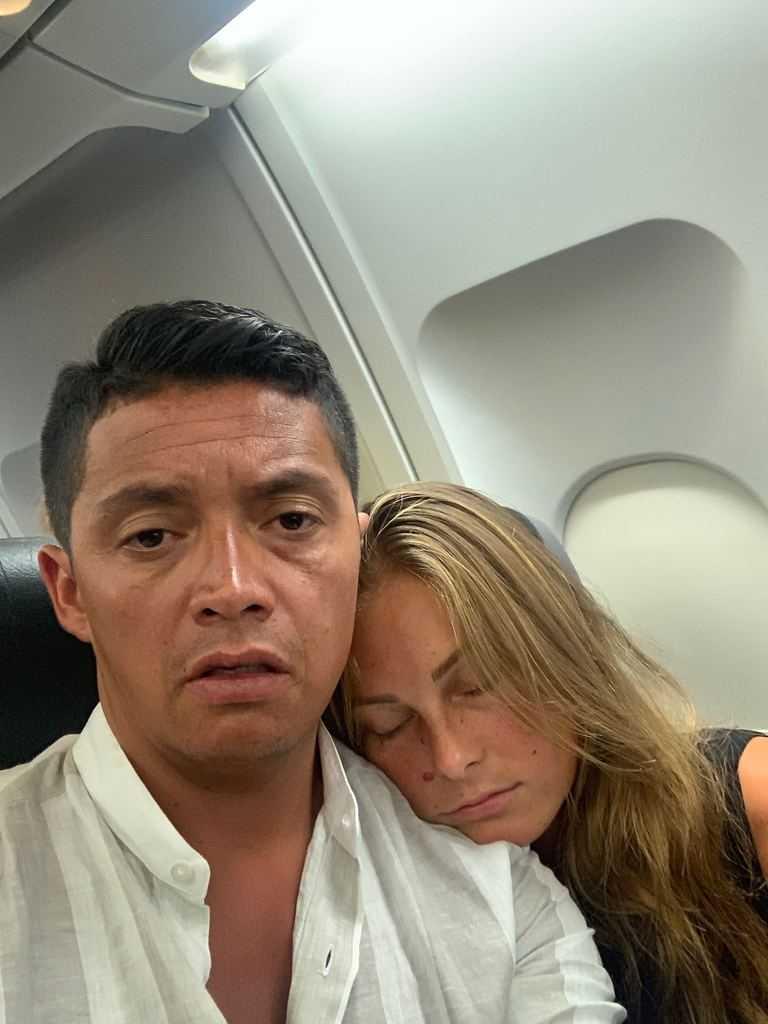 Jonatan Espinoza från Gävle sitter fast på flygplanet tillsammans med sin sambo Jill Östlund.