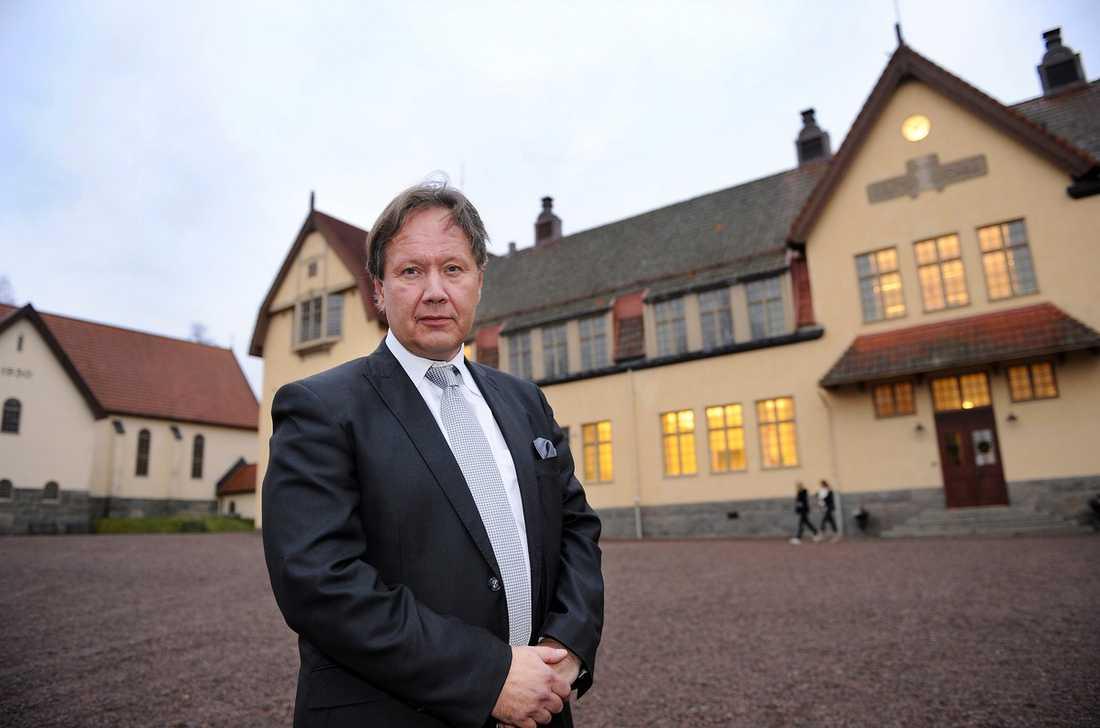 Lundsbergs rektor Staffan Hörnberg farmför sin skola.