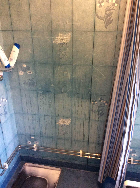 I duschen finns spår efter polisens arbete.