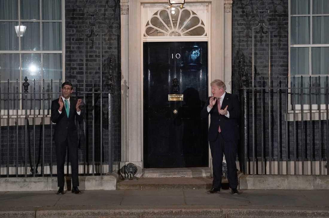 Rishi Sunak och Boris Johnson stod ett par meter ifrån varandra medan de applåderade sjukvården i torsdags kväll.