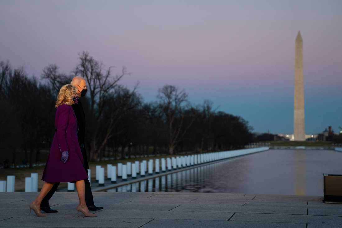 USA:s tillträdande president Joe Biden och hans hustru Jill vid Lincoln Memorial i Washington DC på tisdagskvällen.