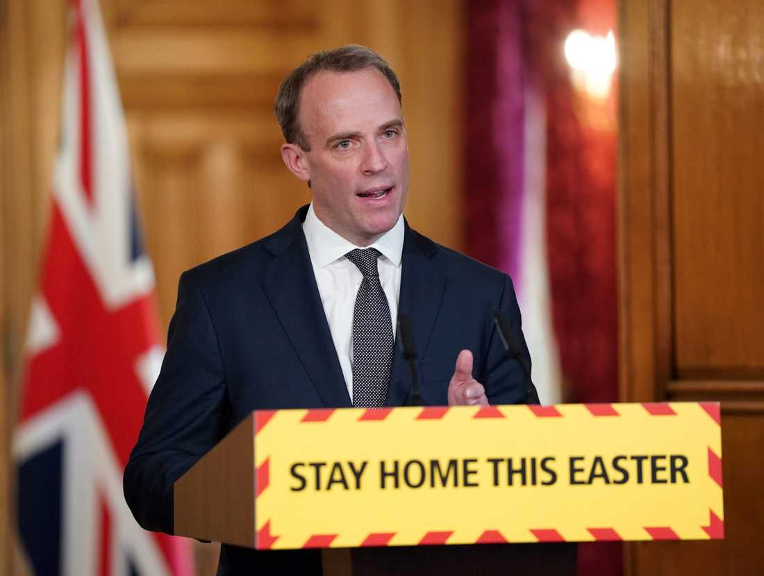 Storbritanniens utrikesminister Dominic Raab vid torsdagens presskonferens. Han har tillfälligt tagit över premiärminister Boris Johnsons uppgifter.