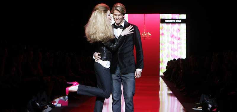 Barbie kramar om Ken efter modevisningen på New York Fashion Week.