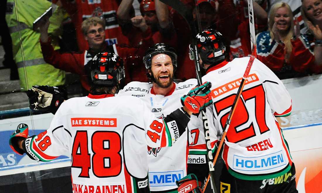 2009 var Foppa tillbaka i Modo. Här gratuleras han av Hannu Pikkarainen och Josh Green efter ett sudden-avgörande mot Djurgården.