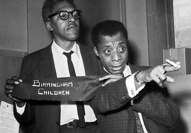 Författaren James Baldwin (till höger) på en presskonferens inför en demonstration i New York 1963. Armbindel skulle bäras i protest mot morden på svarta barn i Alabama.