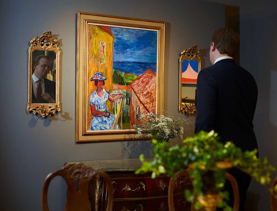 """Under de första auktionsdagarna i de nyöppnade lokalerna sattes världsrekord genom försäljningen av Ivan Ivarsons målning """"Flicka på balkong"""" – som såldes för 2,4 miljoner kronor."""
