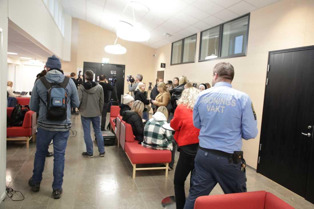 Det var mycket folk som samlats i rätten när häktningsförhandlingarna skulle inledas. Alla fick inte plats på åhörarplatserna.