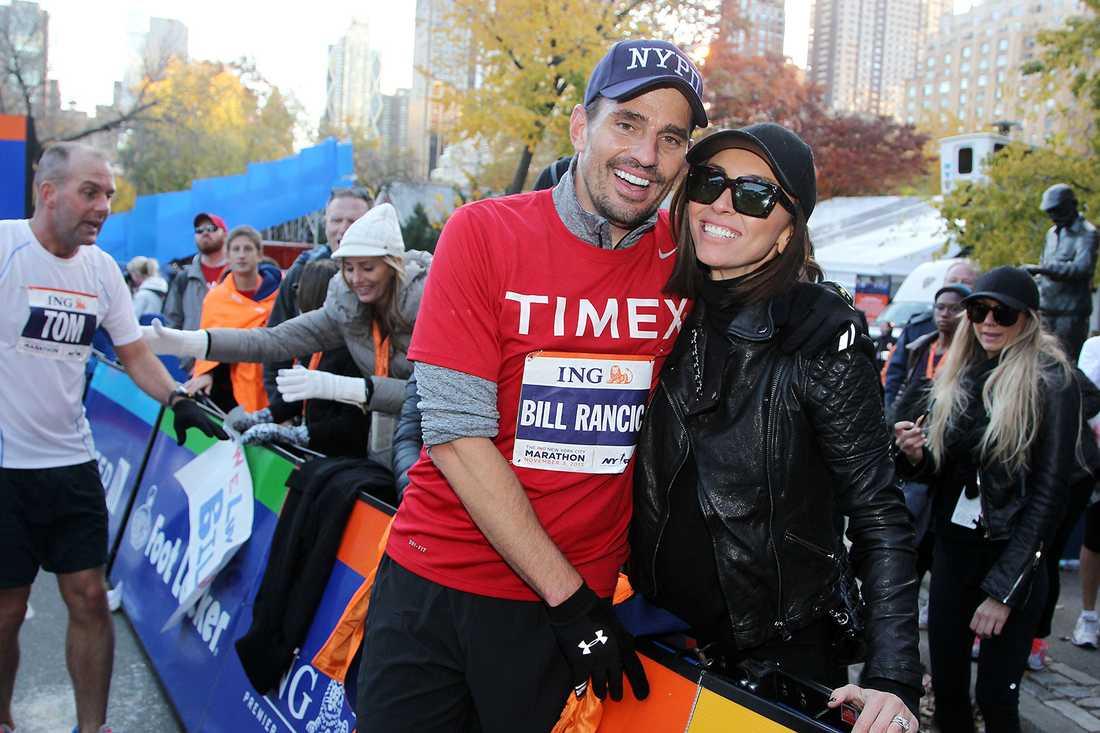 Bill Rancic togs emot vid mållinjen av frun Giuliana Rancic.