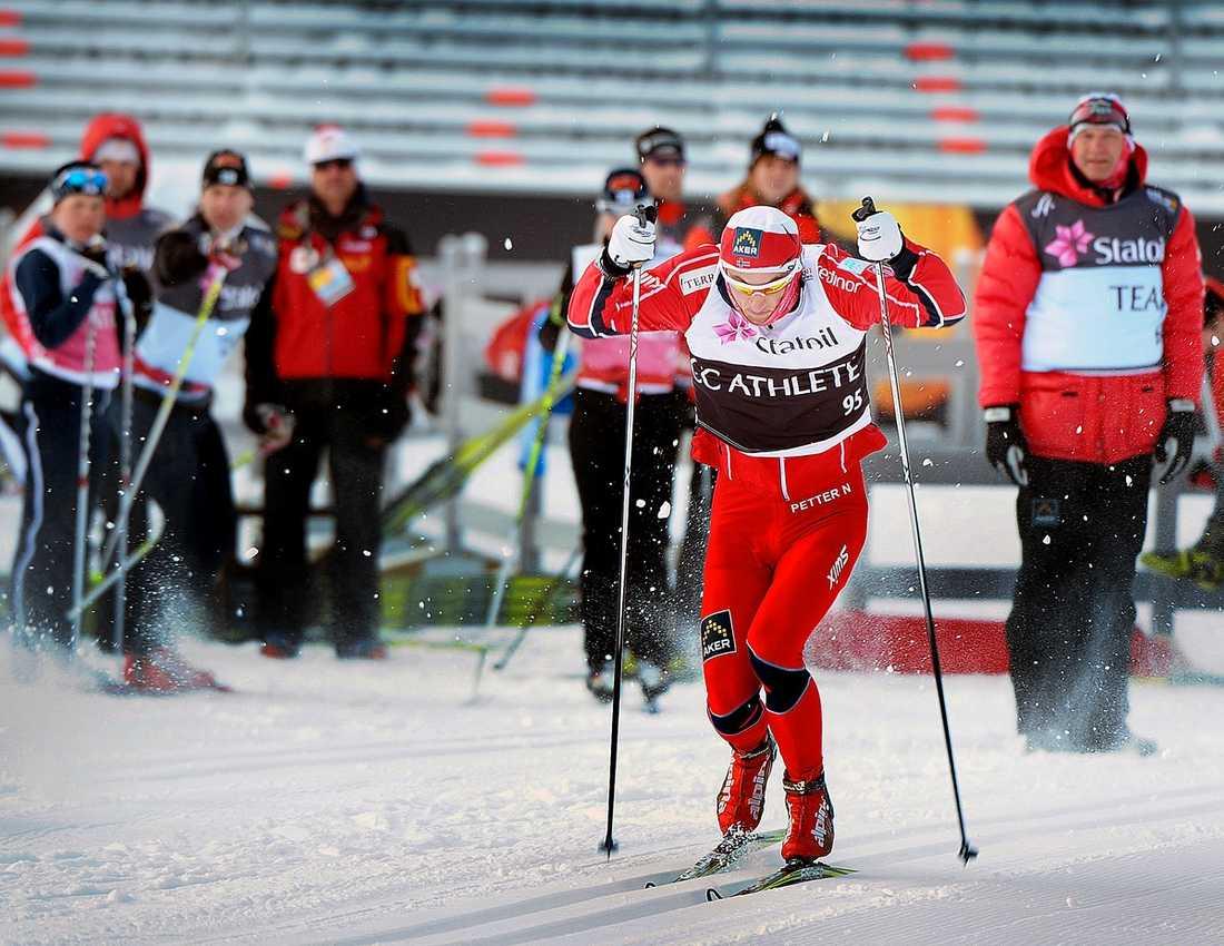 SYNVILLA Petter Northug och Norge spurtade flott på upploppet under gårdagens – träning. I dag är det annorlunda, i dag är det allvar och då finns det motståndare med också, menar Lasse Anrell.