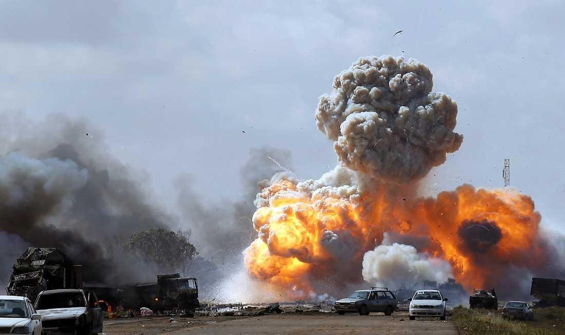 Anhängares fordon exploderar i ett av koalitionens luftangrepp på vägen mellan Benghazi och Ajdabiya.