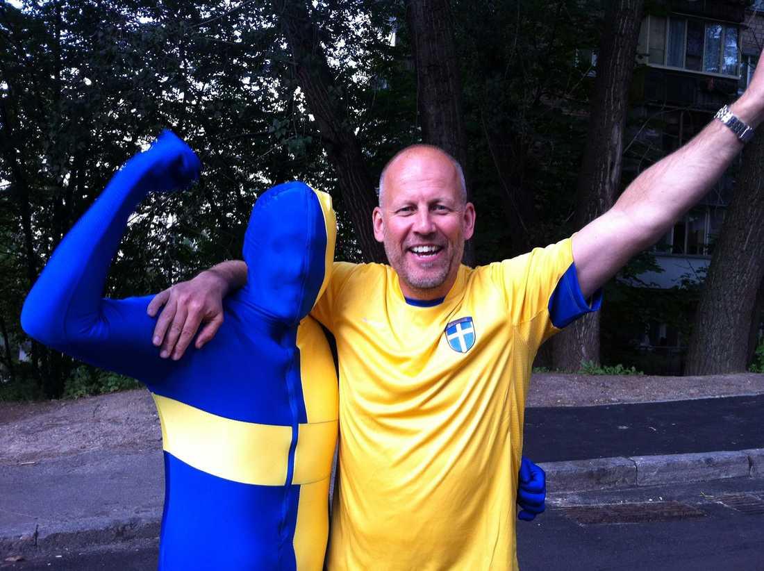 Christian Bönnelyche, 53, Sverigechef på spelbolaget Comeon lovade Sportbladet redan 6 maj att ha skulle springa naken runt Globen om Schweiz vann VM-guld i ishockey. Efter Tre Kronors 5–1-seger kom han undan.