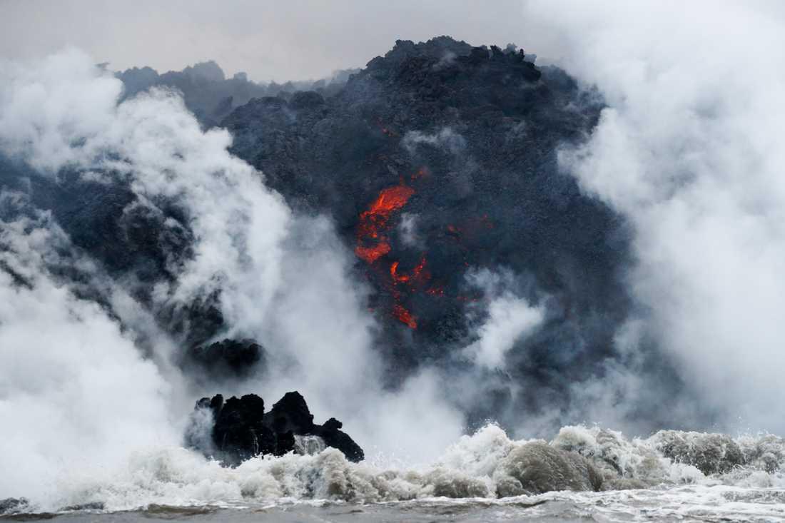 Bild från den 20 maj på lavan där den möter havet.