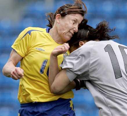 Smällen Den franska målvakten Bauhudi missar bollen och träffar Hanna Ljungberg i ansiktet. Resultatet - en lättare hjärnskakning. De första röntgenplåtarna visade inte på några frakturer i svenskans ansikte men nya undersökningar väntar i Sverige.