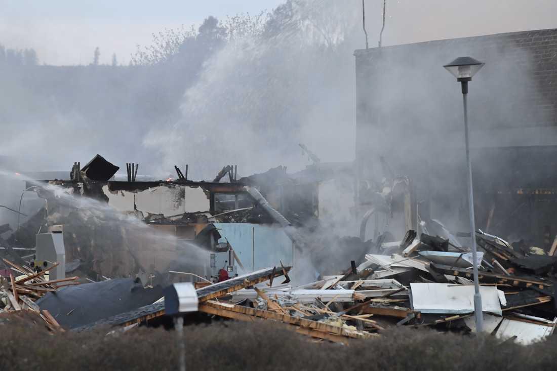 En idrottshall vid en skola i Borlänge totalförstördes i en brand under natten.