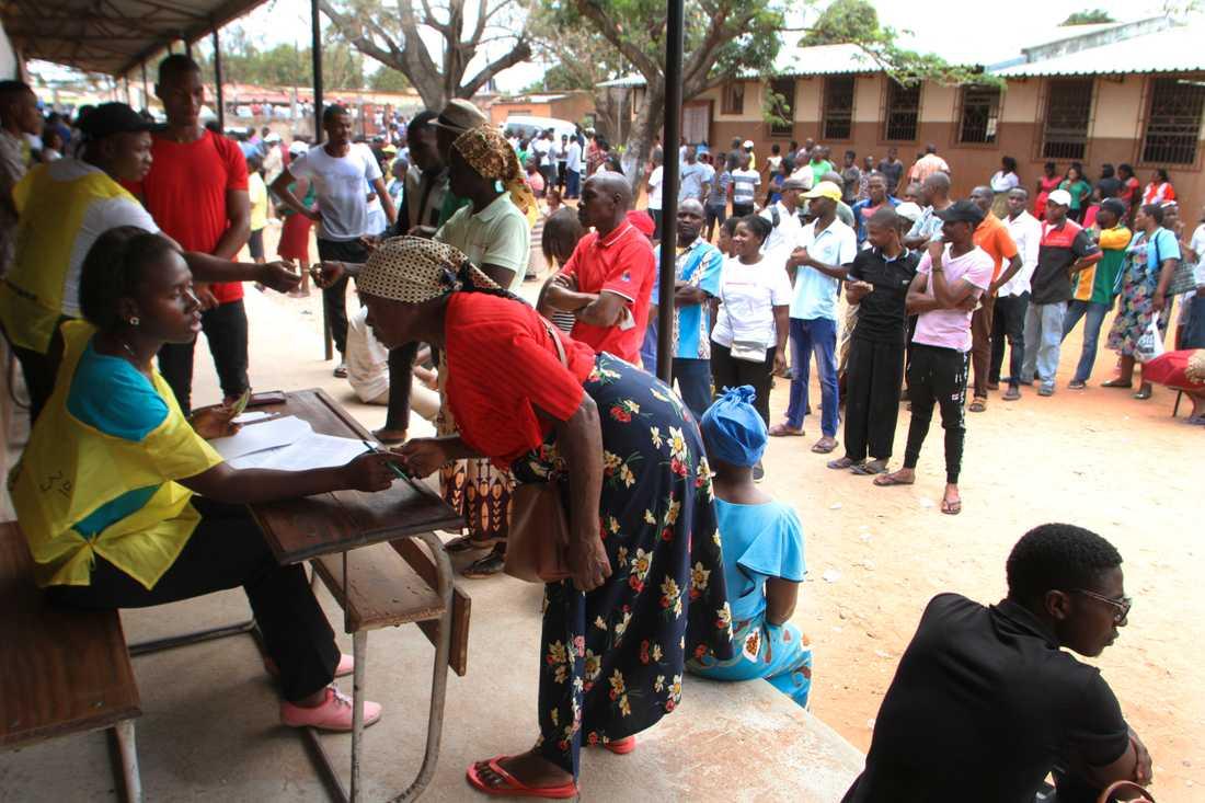 Väljare vid en vallokal i huvudstaden Maputo.