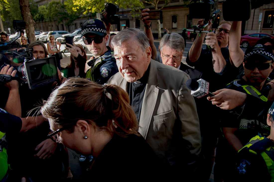 Kardinal George Pell anländer till domstolen i Melbourne, Australien. Han riskerar 25 års fängelse för övergrepp mot två korgossar.