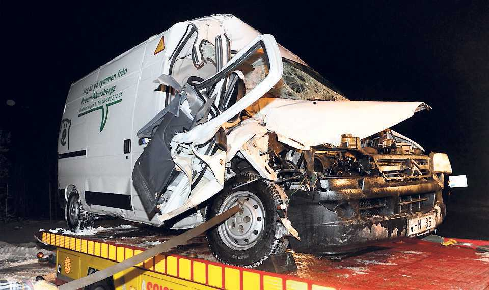 Norr om Ljungby klämdes en person fast i sin bil och fick klippas loss och föras till sjukhus med svåra skador.