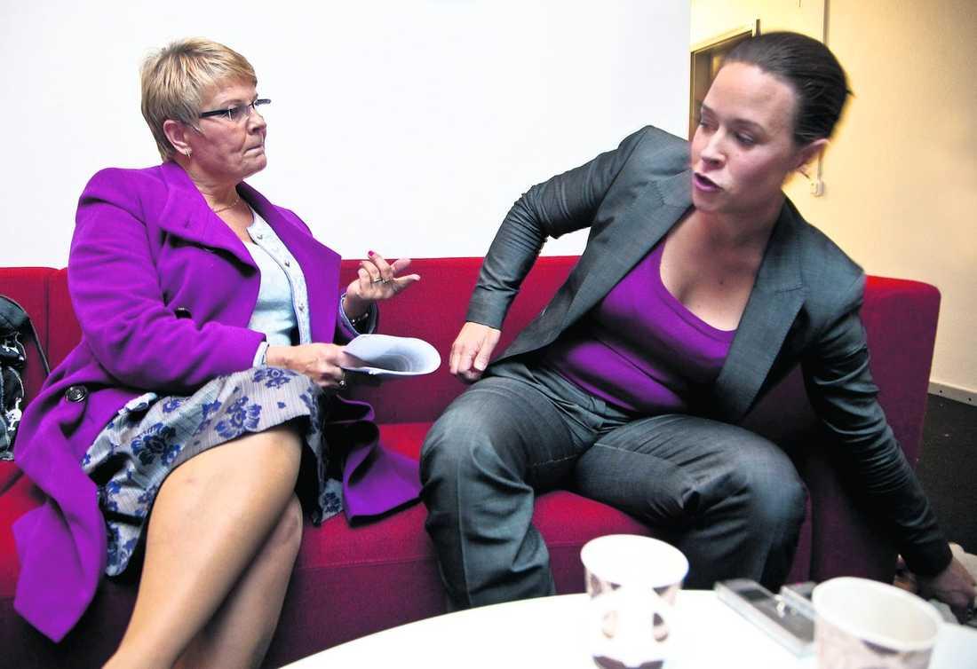 2 Maud Olofsson har tagit på sig kappan men fastnar i en hätsk diskussion med Maria Wetterstrand.