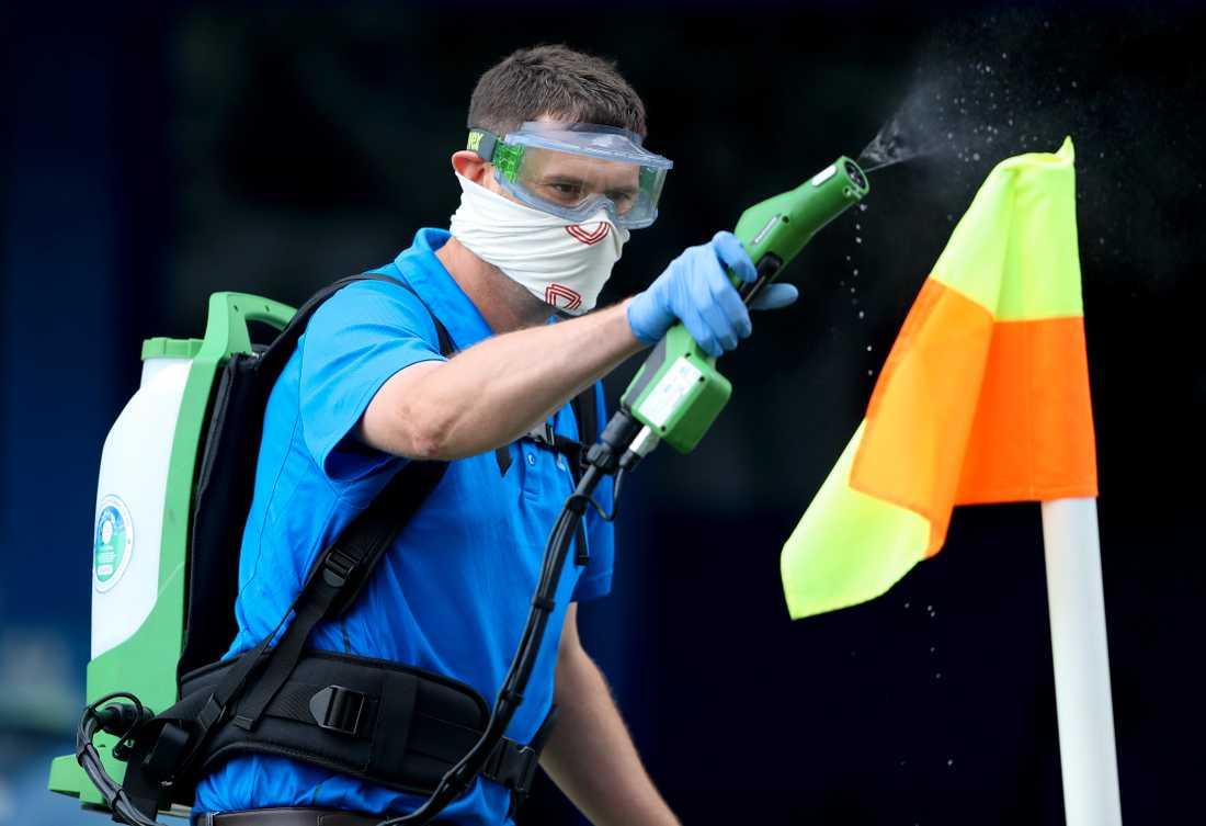 Antibakteriell sprej inför en tidigare Oxford-match.