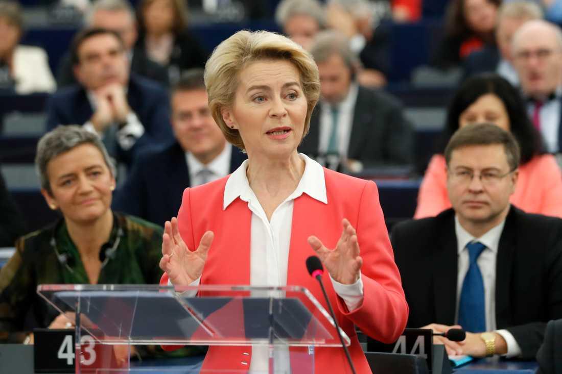 EU:s tillträdande kommissionsordförande Ursula von der Leyen talar i EU-parlamentet. Bakom henne syns den exekutiva viceordföranden Margrethe Vestager (till vänster) och Valdis Dombrovskis (till höger).