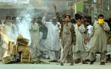 RAWALPINDI Demonstranter bränner en gatubarrikad och ropar slagord mot regimen under en pro-talibansk protest i Rawalpindi.