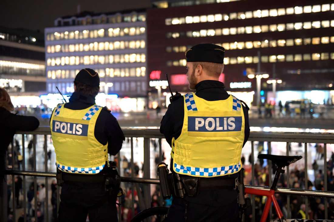 Poliser vid Sergels torg i Stockholm. Bilden har ingen koppling till artikeln.