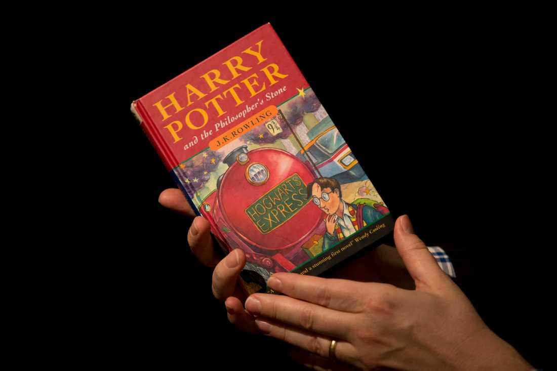 """Polska präster brända föremål de ansåg vara förknippade med det ockulta, bland annat flera """"Harry Potter""""-böcker. Arkivbild."""