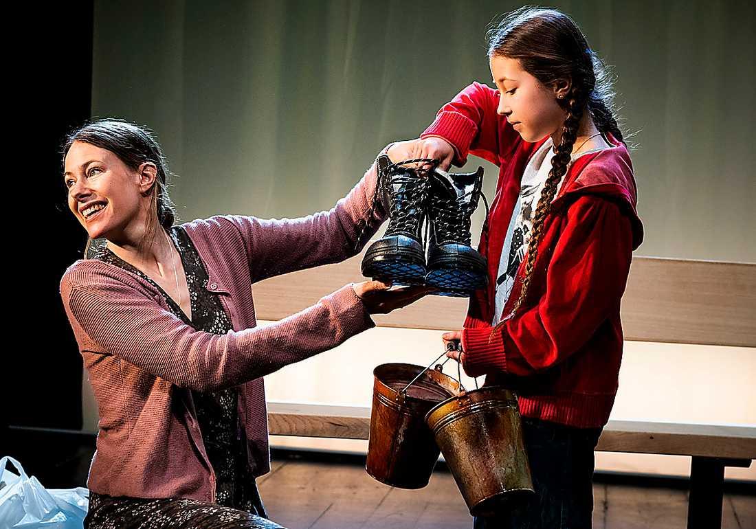 """Eva Rexed och Alma Huss i """"Tiggarna"""" på Teater Giljotin."""