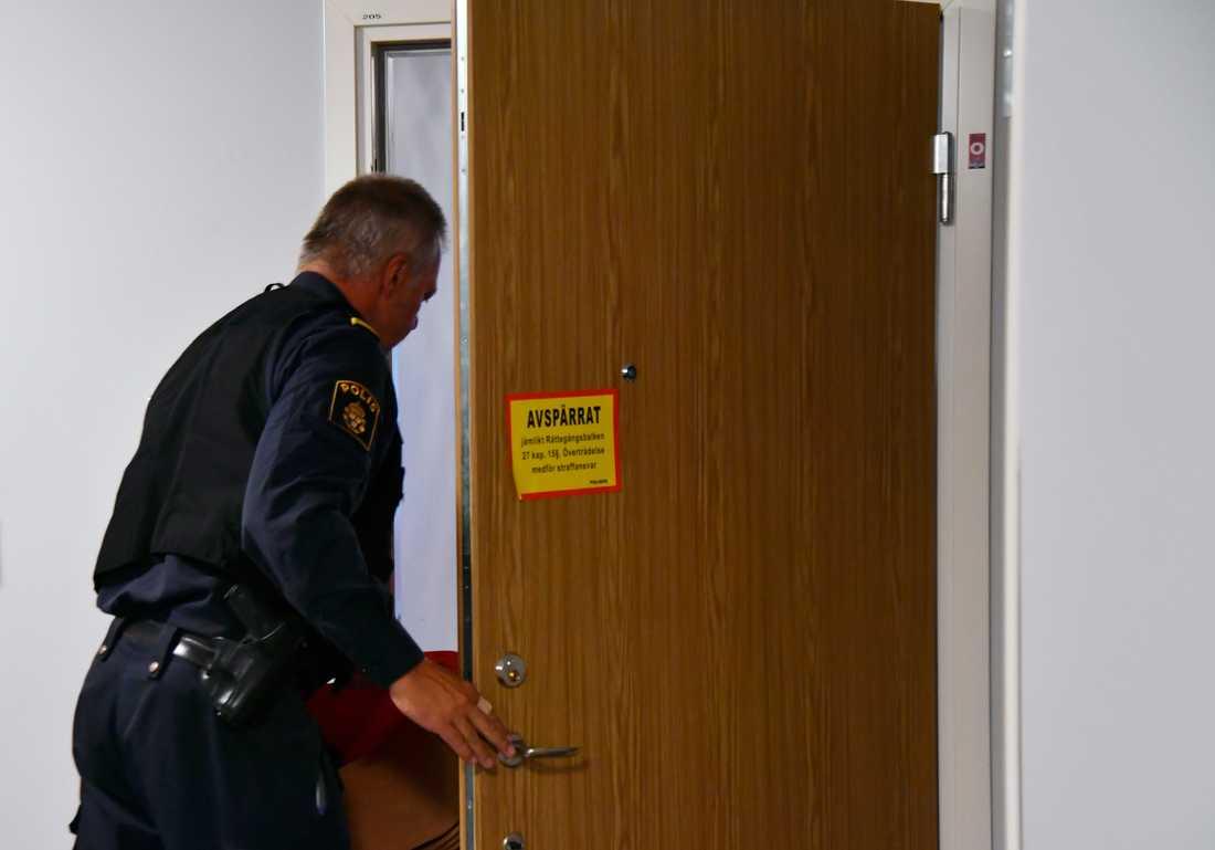 Tekniker på plats vid den misstänkta kvinnans lägenhet.