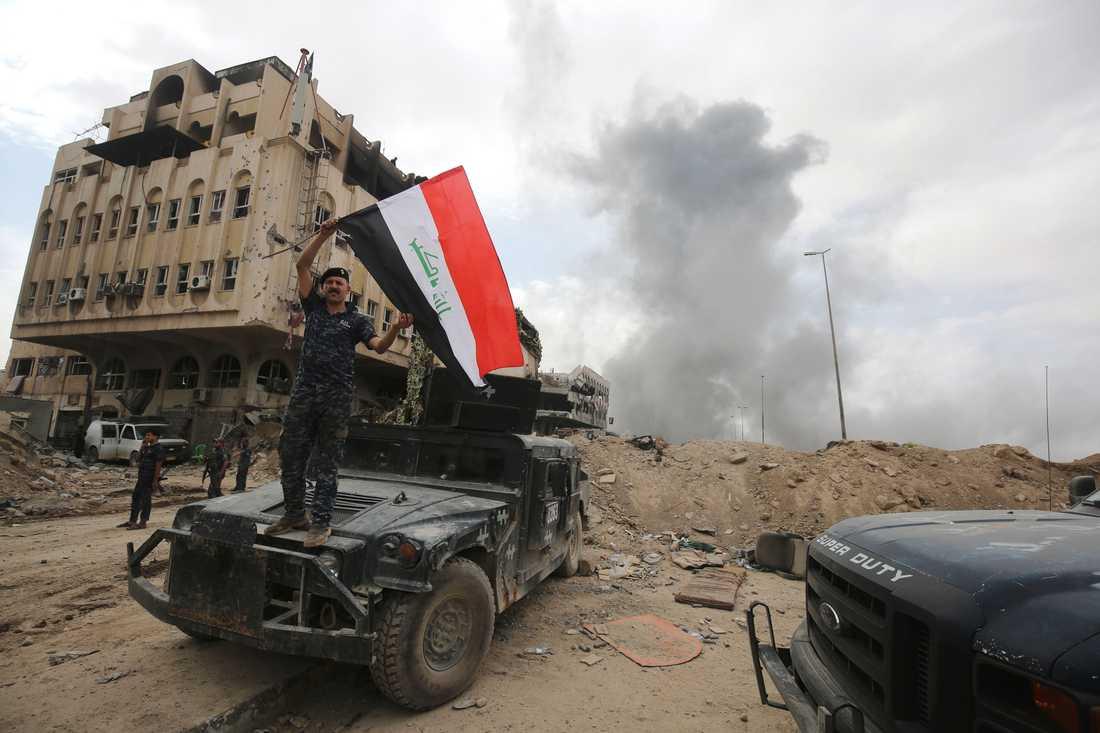 En irakisk soldat firar i Gamla stan i Mosul.