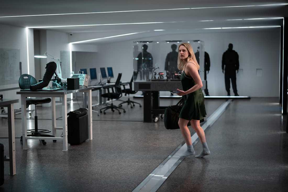 Elisabeth Moss tycker att hon blivit starkare som person av helvetet hennes rollfigurer gått igenom.