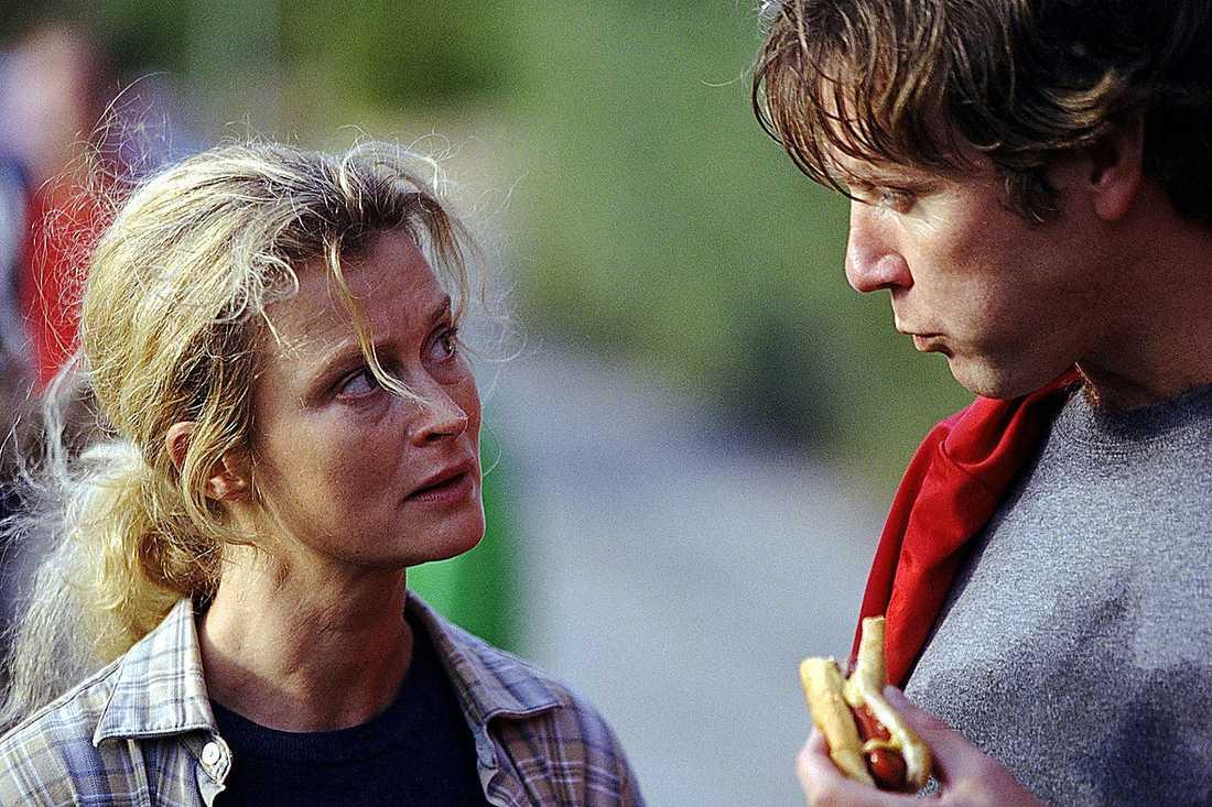 """2002 Lena Endre spelade huvudrollen och Richard Hobert regisserade """"Alla älskar Alice"""", som utkom 2002. Filmen är en stark historia om hur inte minst barnen drabbas när en man (Mikael Persbrandt) lämnar hustrun (Marie Richardson) för en annan kvinna (Lena Endre). Kopplingen mellan filmen och hur Richard Hoberts och Lena Endres förhållande startade är uppenbar. – Allting som är värt att berätta startar med en personlig upplevelse, berättade Hobert för Aftonbladet då."""