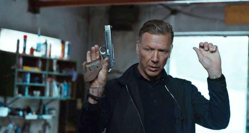 """Gunvald Larsson är lika cynisk som alltid och har kvar sitt heta tempereament i """"Beck: Invasionen""""."""