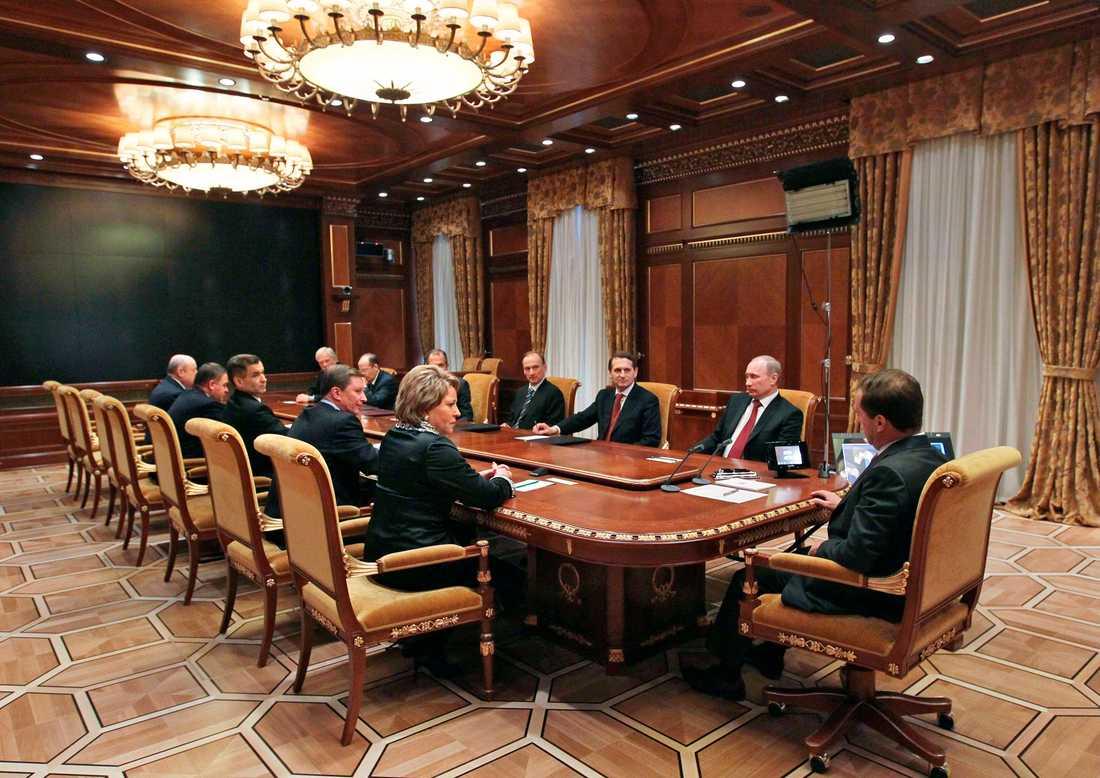 Maktens rum President Dmitry Medvedev, till höger, tillsammans med bland annat Vladimir Putin i Gorki palatset utanför Moskva.