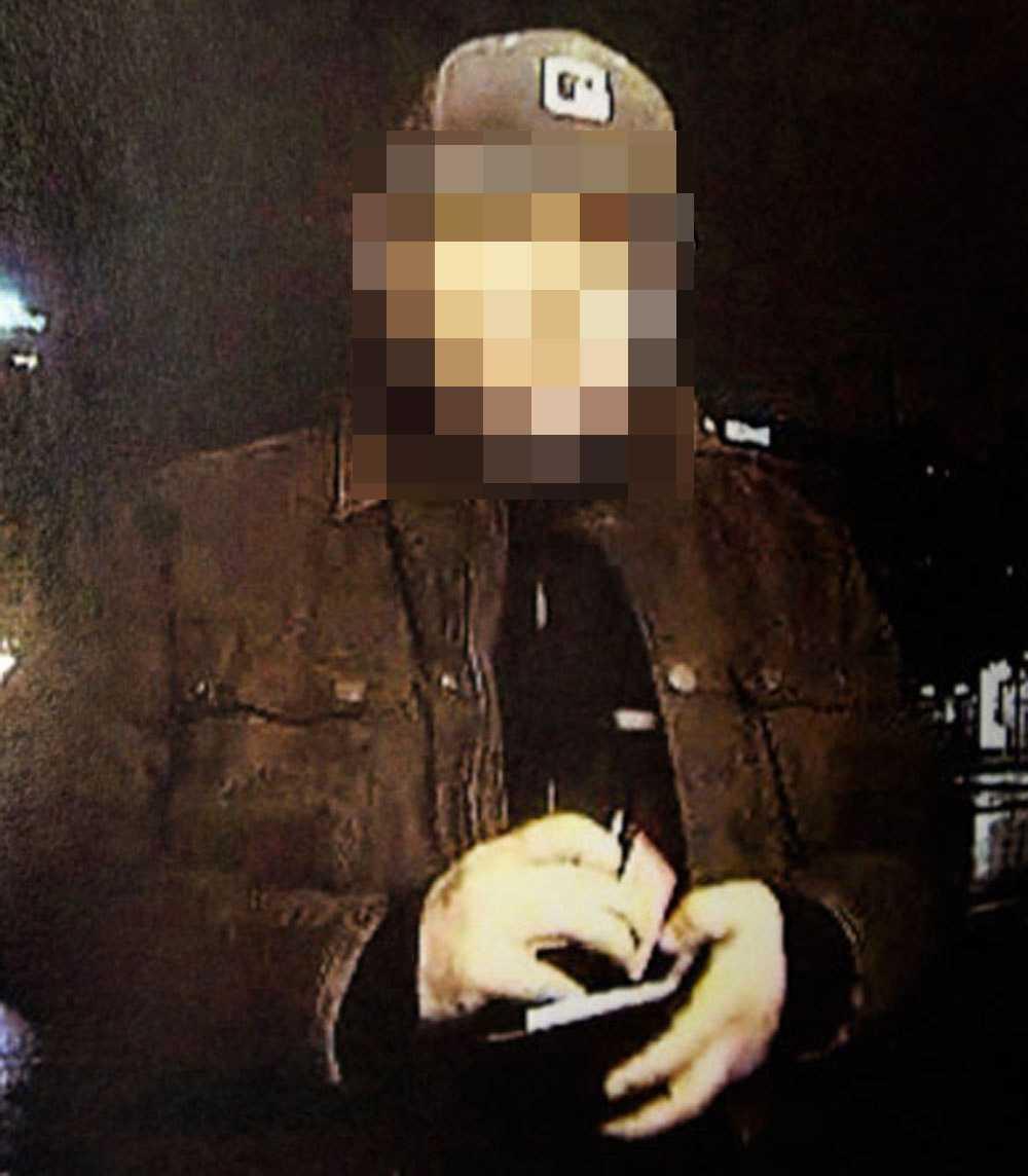 En av männen under en kupp mot en bankomat.