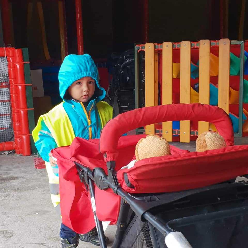Storbror har hämtat en vagn åt sin lillasyster.