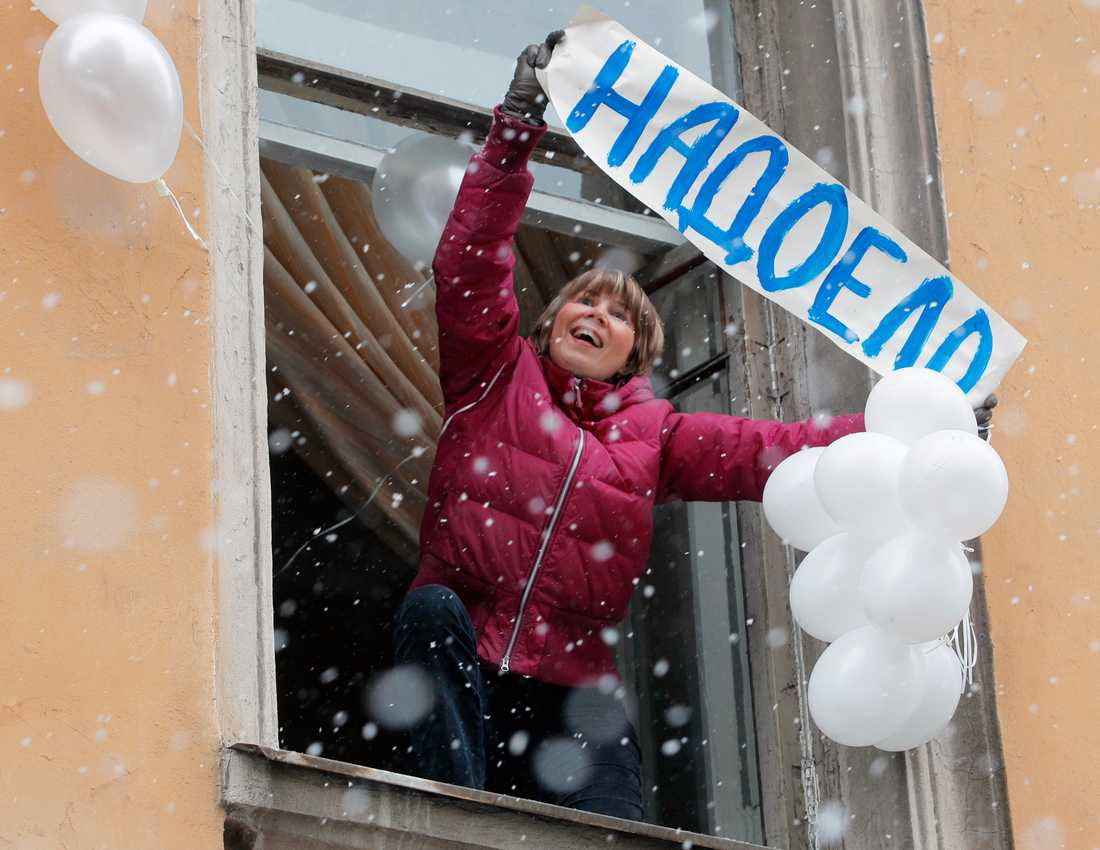 """Protest i St Petersburg En person håller ett plakat med orden """"Vi är trötta på det."""""""