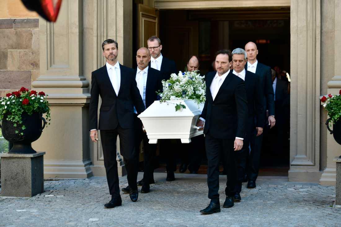 Systersonen Lars Bethke, längst till vänster, var en av dem som bar ut Bibi Anderssons kista ur kyrkan efter begravningen i Stockholm.