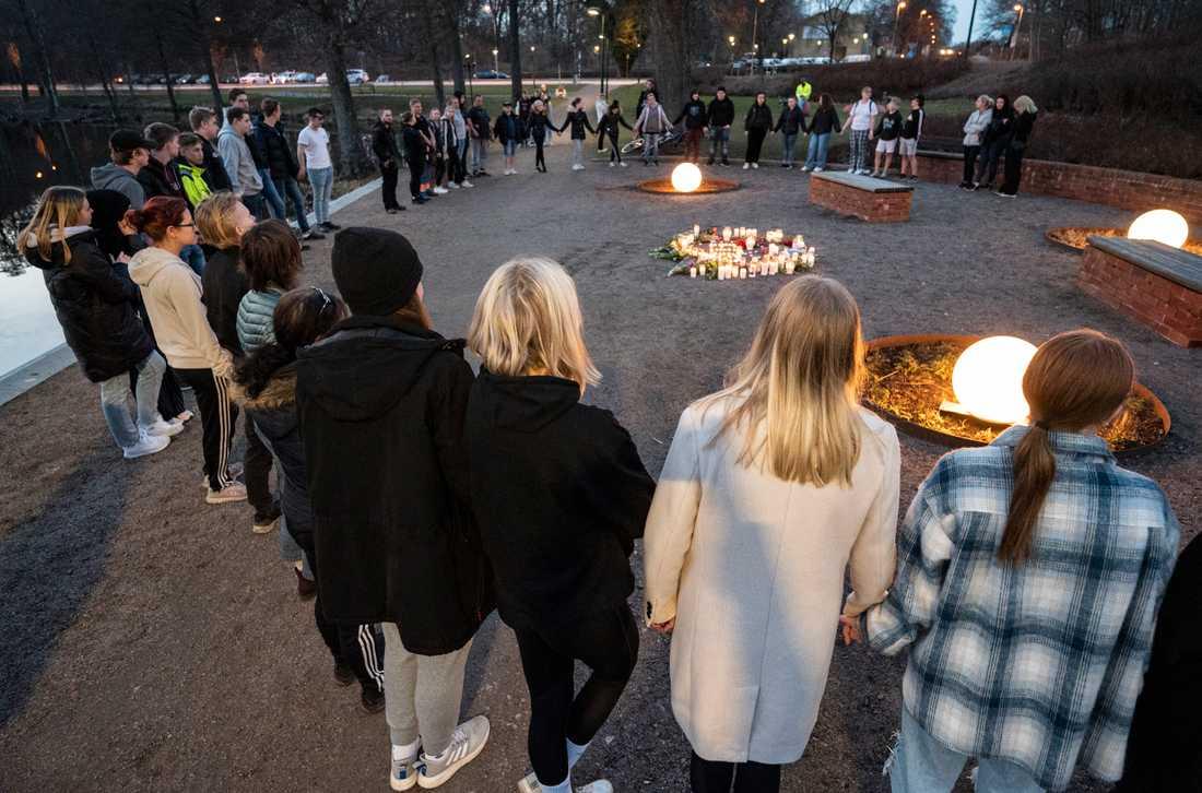 Blommor och ljus på den minnesplats som skapats vid Tjurasjö vid stationen i Höör på onsdagskvällen efter att den 18-årig flicka som varit försvunnen hittats död.