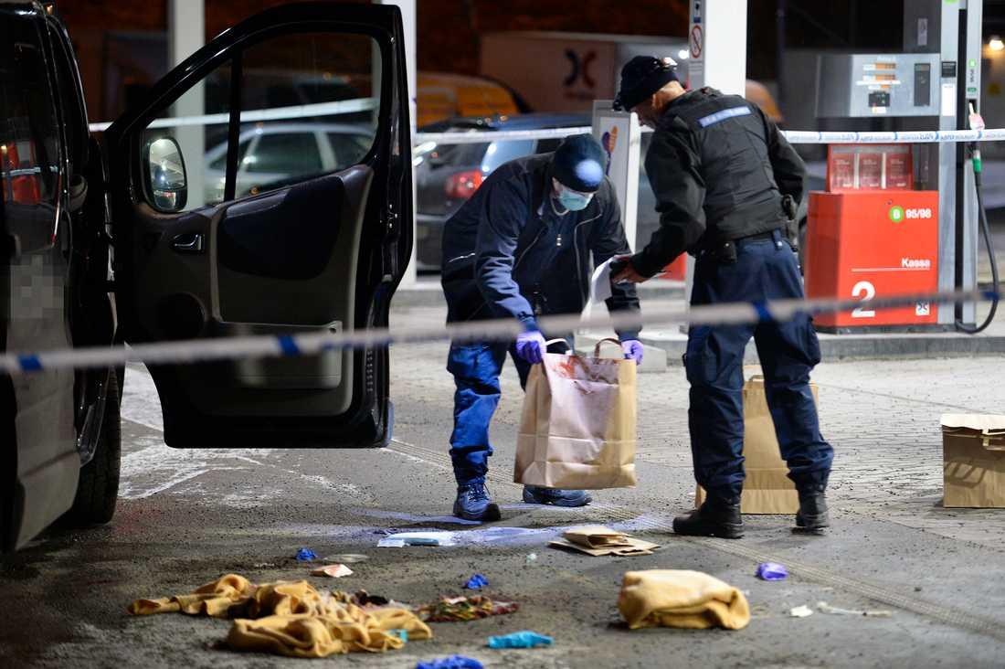Polisens tekniker letar spår vid bensinmacken.