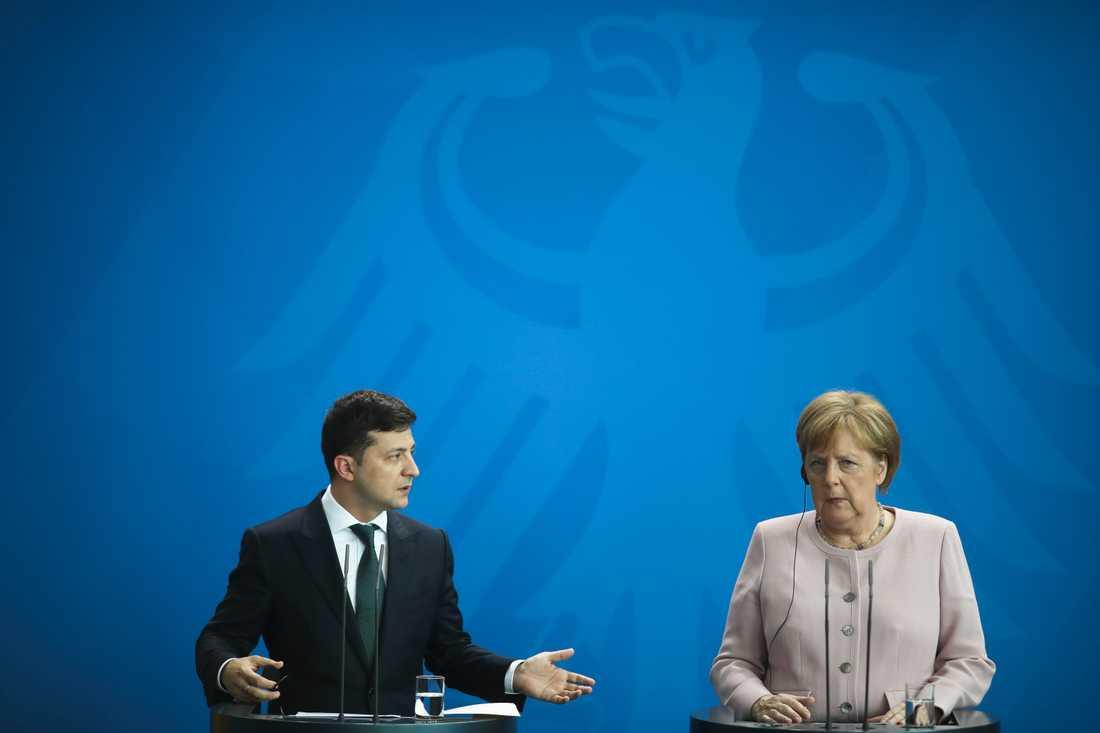 Ukrainas president Volodymyr Zelenskiy tillsammans med Tysklands förbundskansler Angela Merkel vid ett möte i Berlin tidigare i juni. Arkivbild.