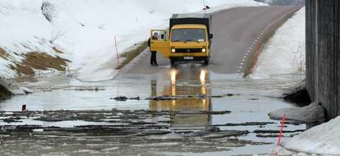 En lastbil tvingas vända på vägen till Västra Odarslöv under E22 norr om Lund vid lunchtid på söndagen. Smältande snö och regn har orsakat översvämningar på vägarna runt om i Skåne.