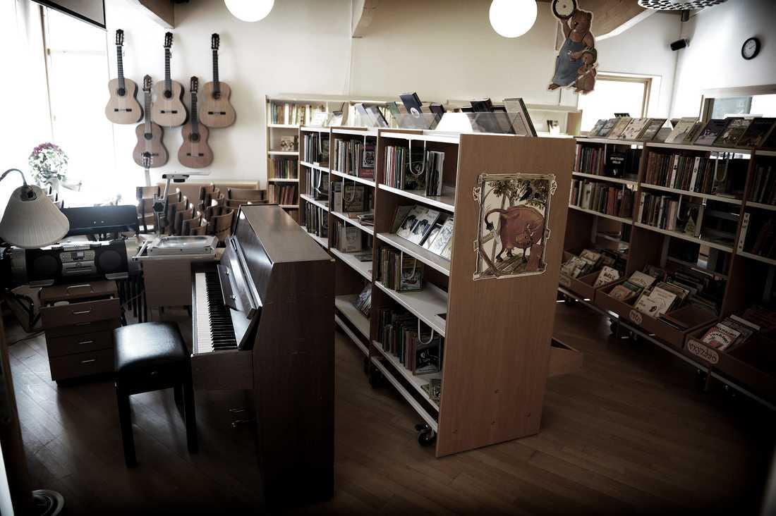 MUSIKSAL – I BIBLIOTEKET På grund av den akuta lokalbristen i Sjömarkenskolan i Borås delar musiksalen och biblioteket på samma utrymme. Skolan är byggd för 250 elever, men rymmer i dag 400. – Vi har vant oss, men vissa dagar är det värre än andra, då kan man få ont i huvudet, säger elevrådets ordförande Maja Swegmark, som går i sexan.